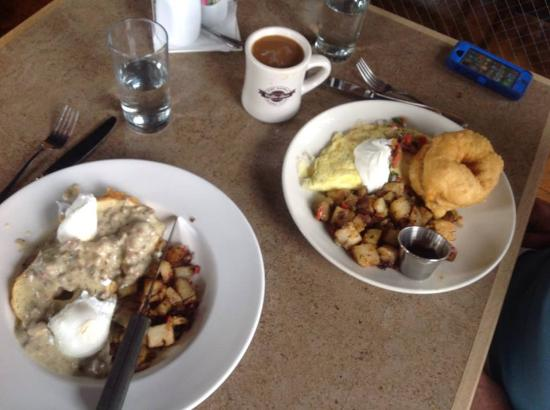 Port Gamble, WA: Fry bread/pork gravy w/poached eggs on left!
