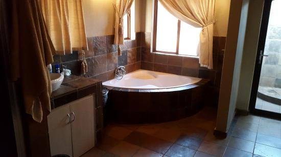 Sondela Nature Reserve Accommodation: Chalet bathroom