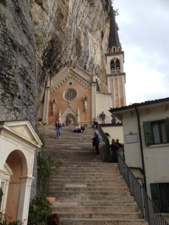Ferrara di Monte Baldo, Italien: la chiesa