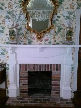 Hanna House Bed & Breakfast: Fireplace in German Mill Room