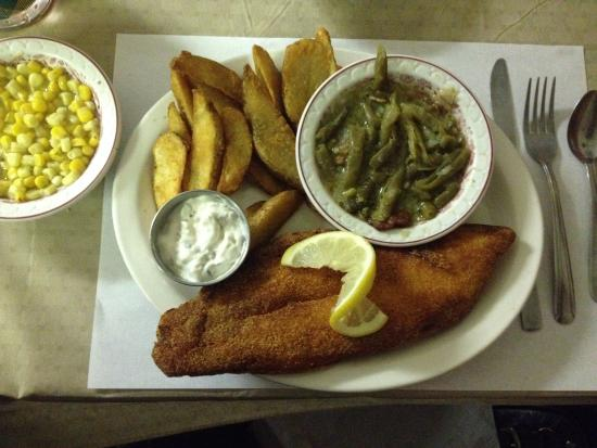 Sandy Creek, Estado de Nueva York: Fried Whole Catfish Plate w/ 3 sides