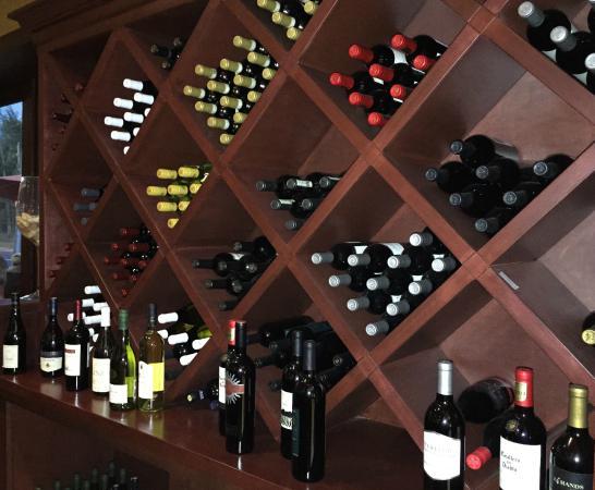 Original Michelangelo Pizzeria & Restaurant: Very nice wine selection!