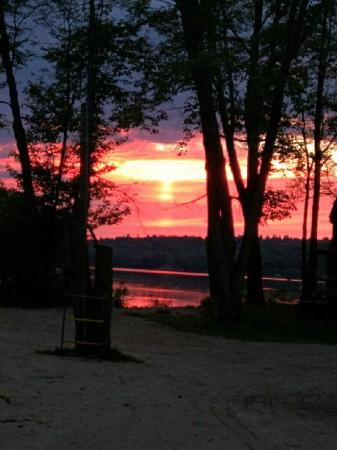 Arden, Canadá: Beautiful sunset at springwood cottages.