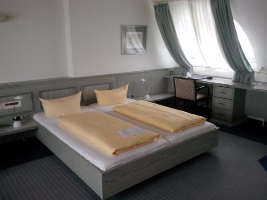 Hotel Avenue : Suite 501 - Sleeping area and desk