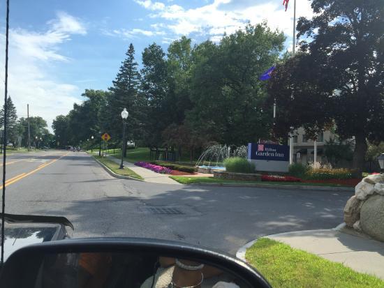 Hilton Garden Inn Saratoga Springs: Pretty grounds at the hotel