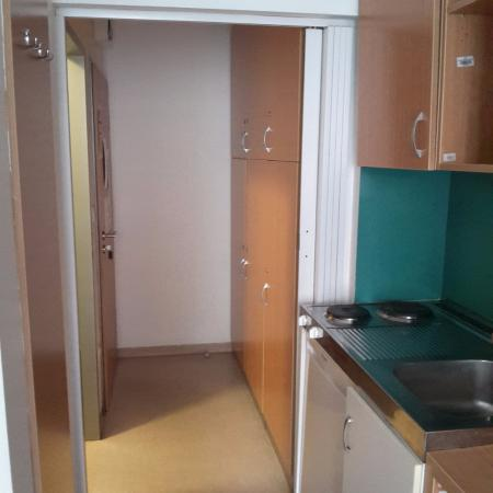 City Hostel Corvin: ingresso con mini cucina e frigo