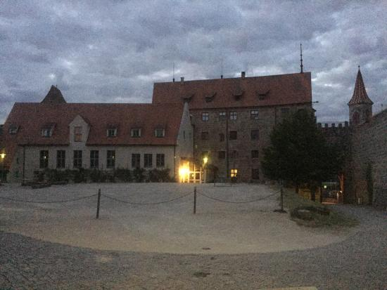 Hotel Burg Abenberg: Hotel Courtyard in the evening, great spot for romantic dinner.