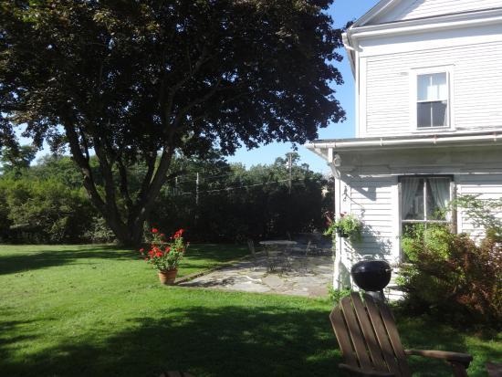 Piermont, Nueva Hampshire: Back garden.  You enter through the terrace around back