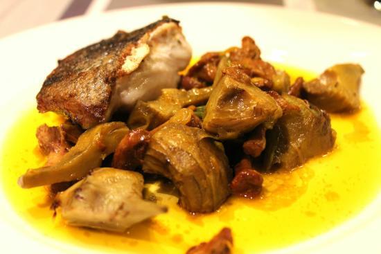 Le Dolium: Filet de merlus poêles ragoût d'artichauts et pois gourmands girolles et jus safrané