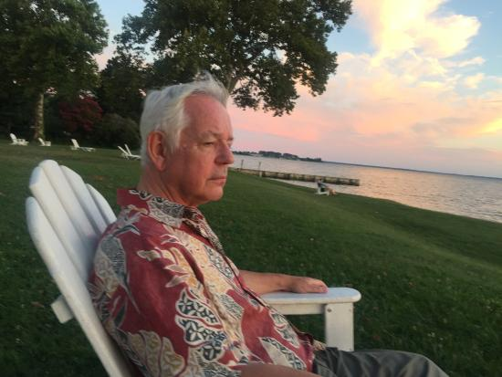 Sandaway Waterfront Lodging: Relaxing on the Hotel Lawn at Sunset