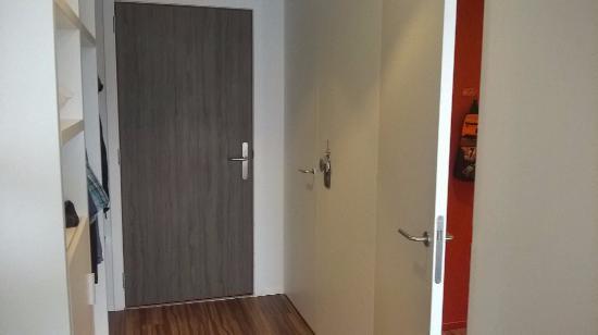 2 deuren:badkamer, apart toilet - Picture of Royal Astrid Hotel ...
