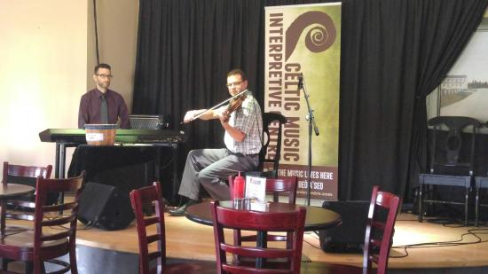 Judique, Canada : Traditional Cape Breton music in the dining room