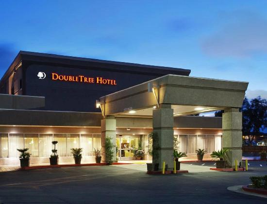 DoubleTree by Hilton Hotel Livermore: Our Hotel's Exterior Entrance at Night
