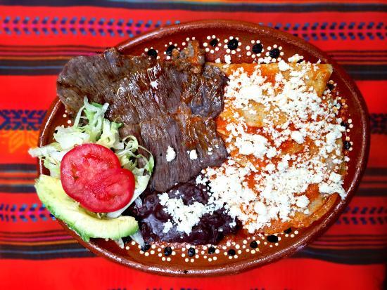 Enchiladas rojas con cecina acompañadas de frijoles refritos y ...