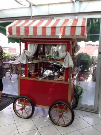 Hotel Niles Istanbul : Breakfast pastry cart at Niles