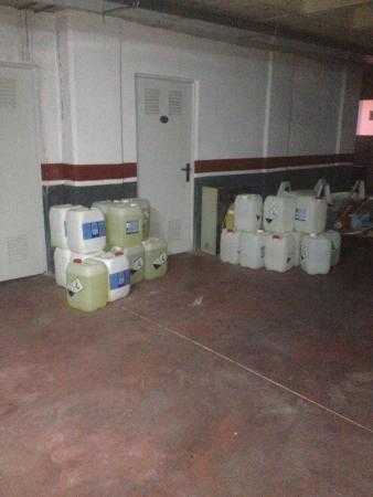 Hotel La Familia Gallo Rojo: Tóxicos en el garaje y lugar de salida para la playa