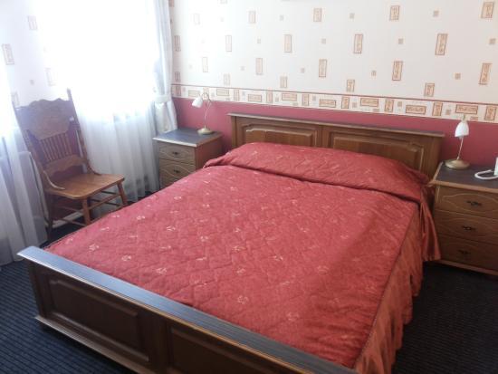 Hotel Regina: Кровать в номере