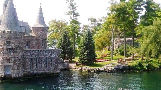 Gananoque, Canadá: Island with Castle built by the owner of thee Waldorf Astoria