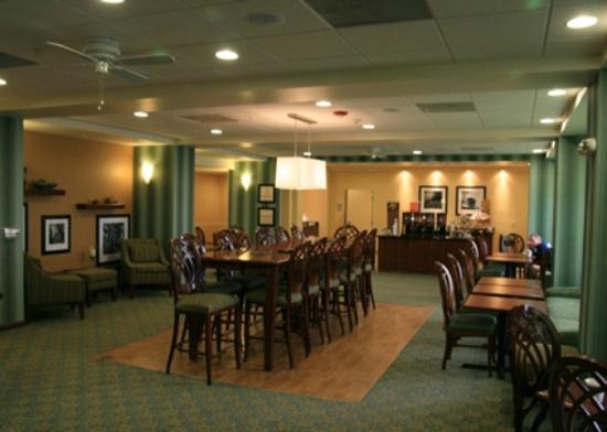 Hampton Inn Brentwood: Dining Area and Comfort Food