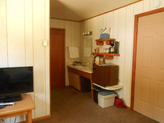 Cooke City High Country Motel: Sink/Fridge area