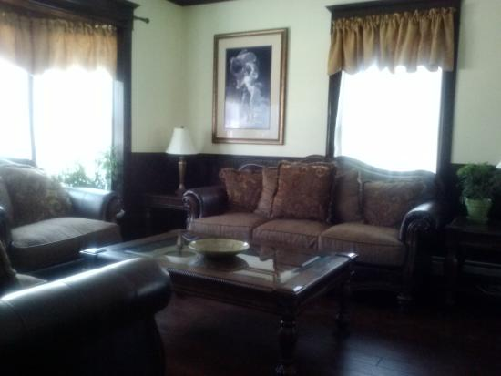 Confluence House Bed & Breakfast and Catering Services, LLC: Our cozy livingroom.