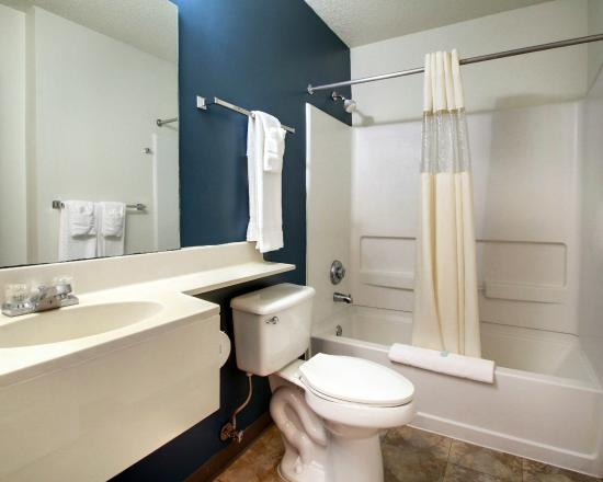 Suburban Extended Stay Hotel of Biloxi - D'Iberville: Bathroom