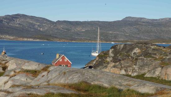 Oqaatsut, Groenlandia: view @ restaurant and anchorage (our yacht Nashachata II)