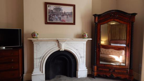 Ariel House: Fireplace room 251