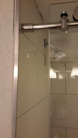 Four Points by Sheraton Richmond: Gap between shower door and wall