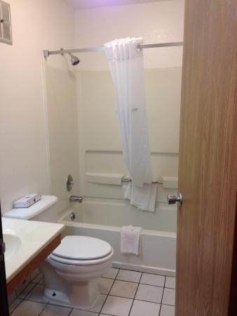 Super 8 Winchester VA : Bathroom