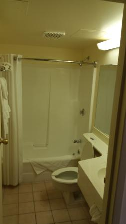 Knights Inn & Suites Miramichi : Bathroom