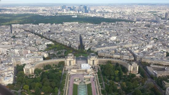 París, Francia: Looking out from Eiffel Tower