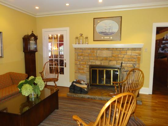 White Gull Inn: Hotel Lobby - warm and attractive
