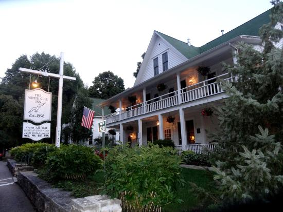 White Gull Inn: Front exterior of Inn - a beautiful structure