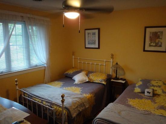 Cindy's Bed & Breakfast: Blue Room