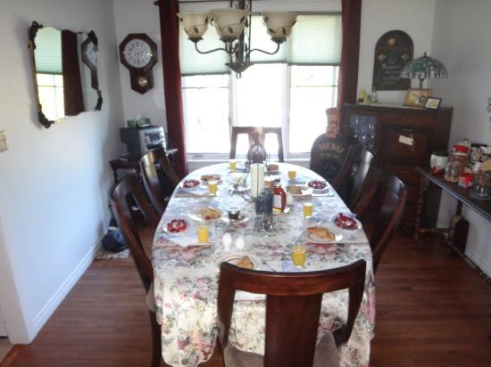 Cindy's Bed & Breakfast: Dining Room