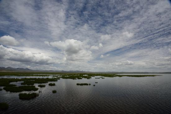 Zoige County, China: 花湖湖畔にて空の高さを実感する(花湖風景区)