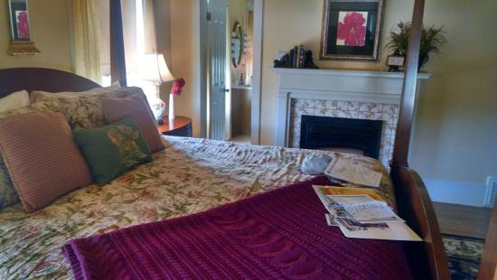 Hudspeth House Bed and Breakfast: Bed was comfortable room was big.  So was the room.
