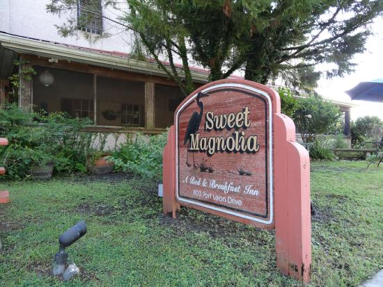 Sweet Magnolia Inn Bed and Breakfast : Out front