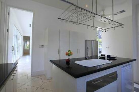 Karang Selatan Villa : Kitchen