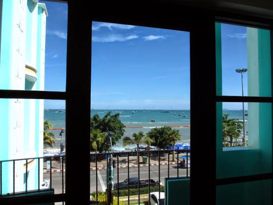 Wave Hotel: 窓からの景色はこの通り