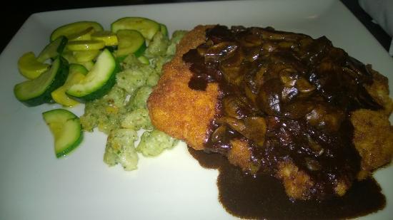 Crowne Plaza Milwaukee Airport: Jagerschnitzel in Crowne Plaza restaurant