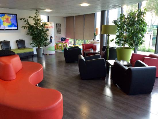 Ibis Styles Pertuis : Salon d'accueil à l'entrée