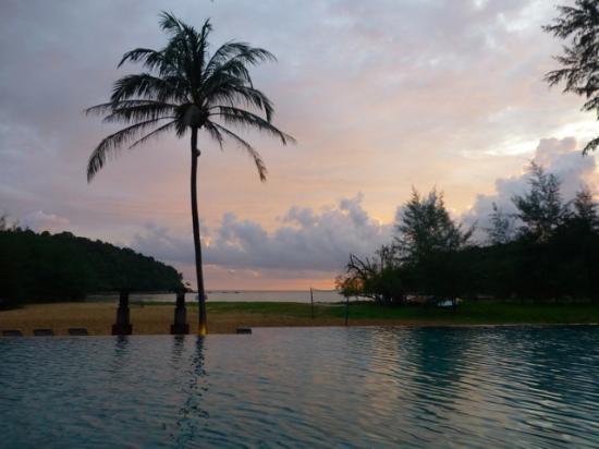 Anantara Layan PhuketResort : Main pool overlooking the sloping beach.