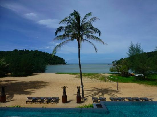 Anantara Layan PhuketResort : Main pool overlooking the sloping beach. The main pool isn't too big but is a lovely temperature