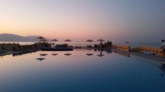 Kavros Beach: duży basen hotelu ,morze, góry
