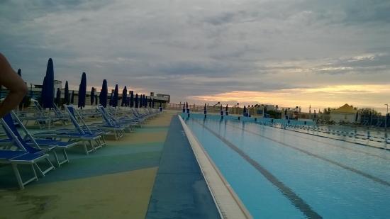 Tirrenia gh continental la piscina olimpionica adiacente alla
