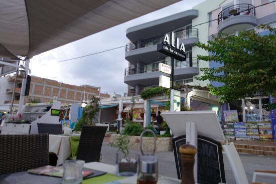 Alia Beach Hotel: View to the restaurant.