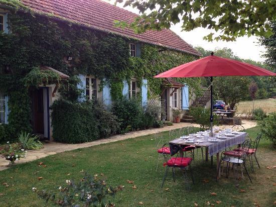 Auberge de la Tuilerie: Beautiful garden with a table for breakfast/ dinner