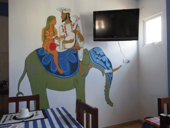 Blue Elephant Tourist Guest House: レストランの壁の絵が素敵です